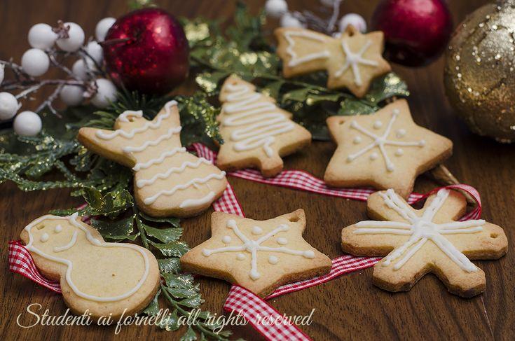 Biscotti natalizi decorati con ghiaccia reale