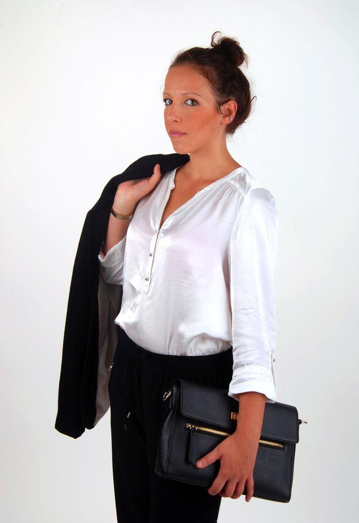 Werk je minimalistische business look af met een matching handtas   P.I.U.R.E.