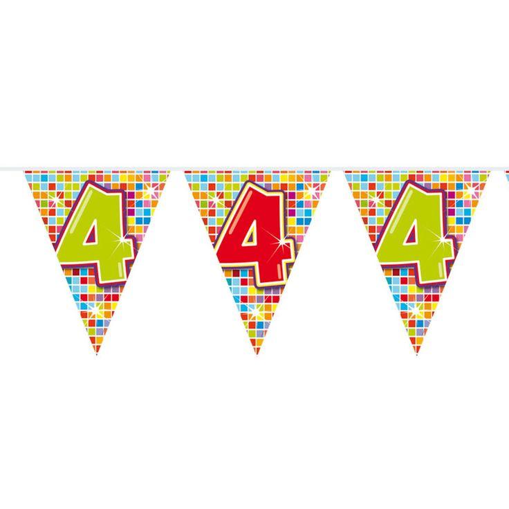 Wordt de kleine alweer 4 jaar? Of vieren jullie een 4-jarig jubileum? Deze kleurrijke slinger staat perfect op ieder soort feestje! De slinger is enkelzijdig bedrukt, heeft 12 vlaggetjes en is 3 meter lang.Afmeting:  lengte 6 meter - Mini Vlaggenlijn Blocks 4 jaar, 6mtr.