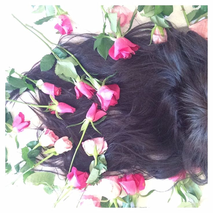 LA COLORATION VÉGÉTALE ET LES CHEVEUX BLANCS. Les colorations naturelles peuvent camoufler nos cheveux blancs, il suffit de choisir les bonnes poudres.