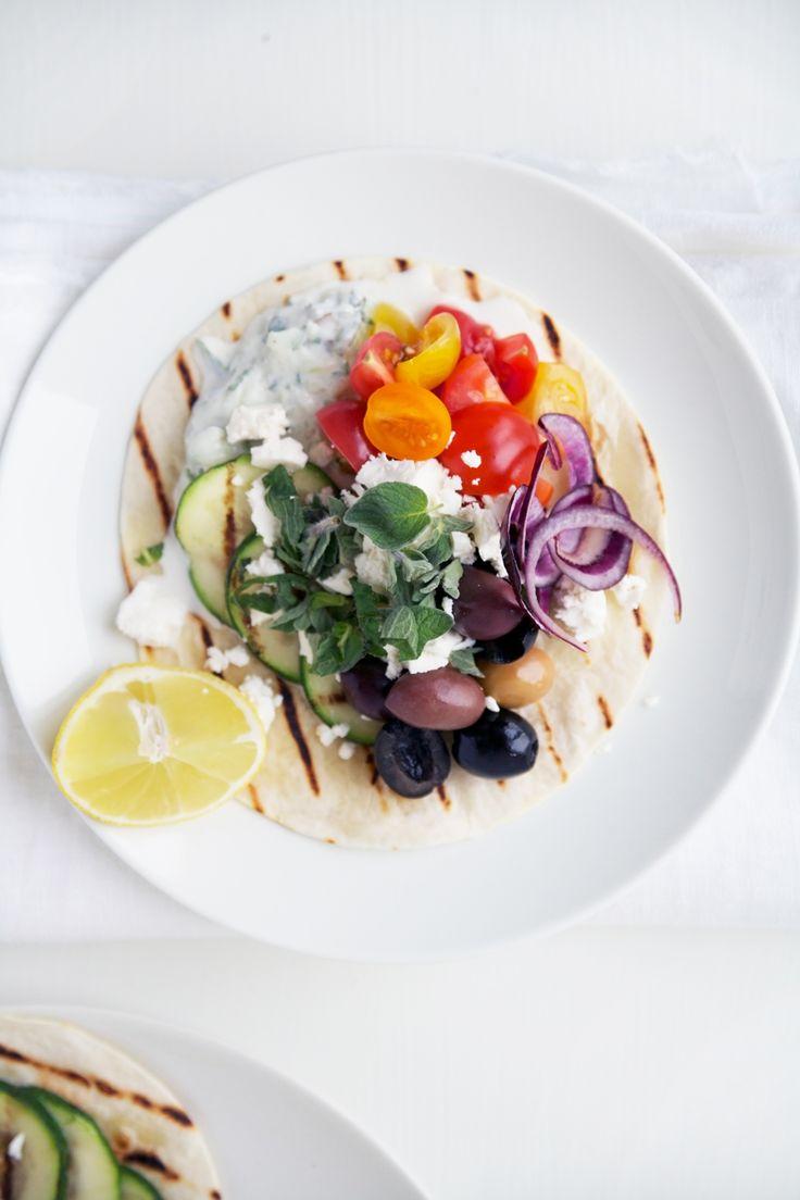 Dol op taco's en de Griekse keuken? Maak dan deze vegetarische variant van Renée Kemps met tzatziki, olijven en feta. Rasp voor de tzatziki de komkommer met een grove rasp. Knijp het vocht er uitmet je handen. Voeg de rest van de ingrediënten en een scheutje olijfolie toe. Zetapart. Verhit een grillpan. Snijd de courgette …