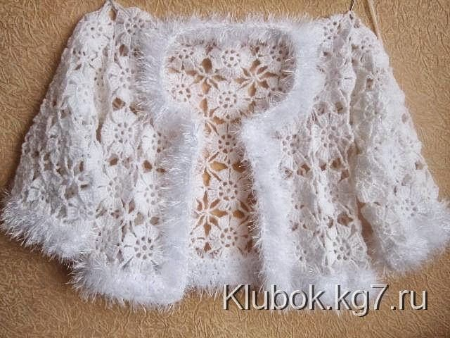 Conjunto de fiesta compuesto por saco corto y canesú de vestido tejidos al crochet, combinado con...