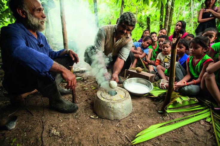 NG - Os irmãos Manuel e João Chaves de Souza ensinam a produzir uma bola de borracha artesanal para crianças de São João do Jaburu, no Pará.  http://viajeaqui.abril.com.br/materias/fotos-futebol-na-amazonia#1