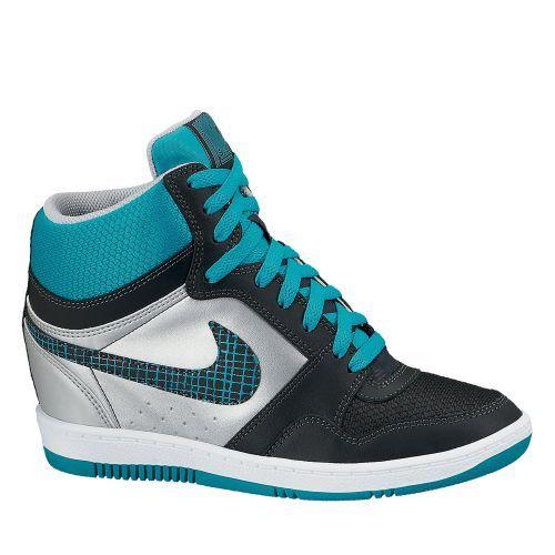 De Nike wmns nike force sky high een halfhoge casual sneaker voor dames. Het ontwerp van deze casual schoen is gebaseerd op een retro basketbalschoen en heeft uitstekende grip op vele ondergronden. Ook heeft de schoen een duurzame zool wat slijtage tegengaat en gemaakt is van synthetisch materiaal. Een fijne schoen voor de trendy, sportieve vrouw.