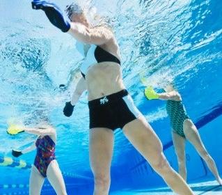 Las clases de aquafitness mejora el rendimiento muscular (aumenta la fuerza, la resistencia y  el rango de movimiento). Mejora fisiológica (beneficios cardiovasculares). Mejora psicológica (favorece la relajación, reduce el estrés, mejora el bienestar general y los hábitos de sueño).