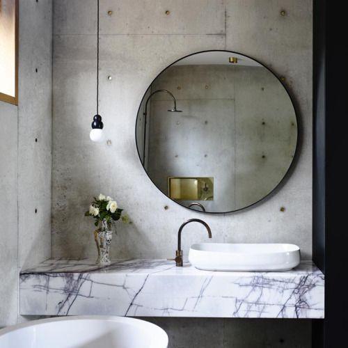 Salle de bain très chic : marbre et béton + miroir rond géant !