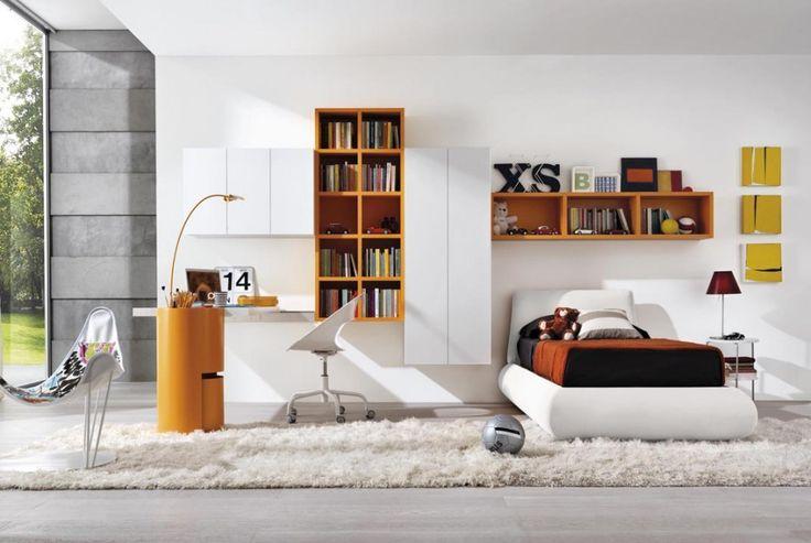 Z011: Monopoli: pensili colore bianco maniglia push System: libreria sospesa colore arancio.Boog: scrittoio piano bianco e cilindro arancio.Platò: sedia bianco lucido, struttura bianco.Bull: letto imbottito arancio L.113 cm.Skyla