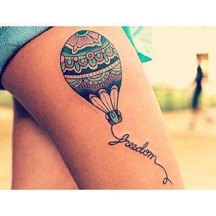 Déjate llevar por un globo aerostático… | 32 tatuajes geniales y coloridos que te inspirarán a tatuarte: