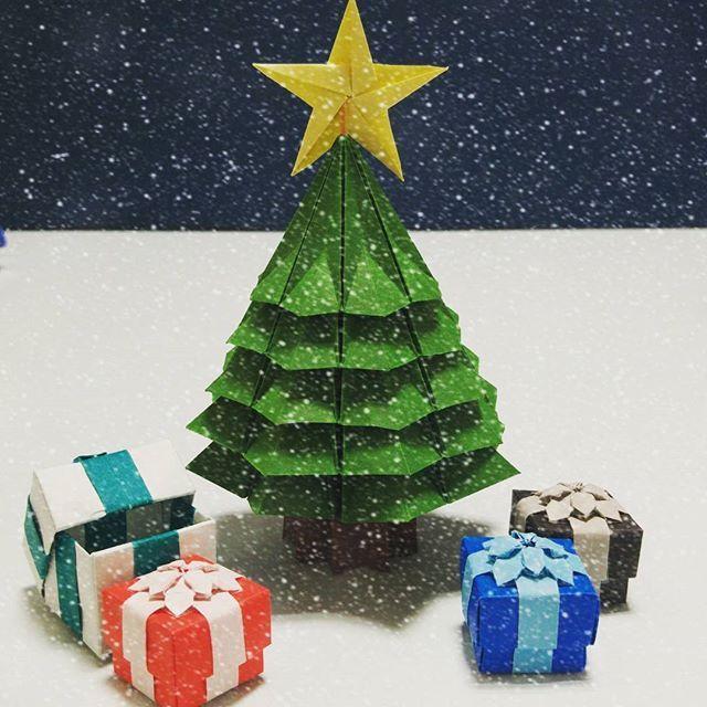 プレゼントボックスにリボンや飾りをあしらえばちょっと高級感も出て大人な雰囲気に!  更に!蓋と別に折って組み合わせれば、中に小さいプレゼントなどを入れたりもできちゃいますね◎ | 折り紙で出来るカワイイくてオシャレなクリスマス飾りのアイディア集です。随時更新!