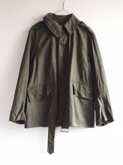 ■フランス軍 リネンジャケット 1930年代 モーターサイクル  ■1930年代のフランス軍のリネン素材のジャケットです。   WW2前のとても希少なジャケットになります!   たぶんバイク部隊で着用されていたものだと思います。   フラップを下の両玉縁ポケット、メタルボタン、木製ボタン、裏側の補強や丁寧な作り、   素材等、1930年代ならではディテール満載のジャケットです。   フランス軍コレクター、ビンテージコレクターの方にお勧めのレアアイテムになります!!   資料としても大変貴重なものだと思い
