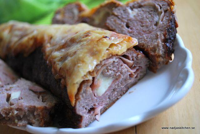 En riktigt god köttfärslimpa fylld med skinka och ost, receptet finns på www.nadjaskitchen.se