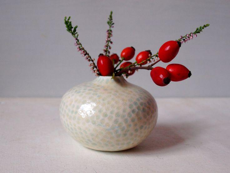 Kamínkem... Točená vázička s dekorem vytlačeným kamínkem. Materiál: porcelán, barvená engoba, popelová glazura - tato glazura je složená ze živce a popelu z jabloně - je to stará čínská receptura a věřte, že sehnat jednodruhový popel z ovocného dřeva není v dnešní době úplně jednoduché. Popel do glazury se musí celkem složitě zpracovávat, takže je to opravdu ...