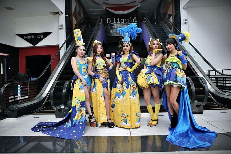 """TALENT - Para talent foto bareng saat menggunakan kostum """"Minion"""" pada sesi foto di Liquid, Hotel Grand Clarion, Makassar, Sulawesi Selatan, Kamis (17/12/2015). Kostum tersebut akan memeriahkan pesta pergantian tahun di hotel ini. TRIBUN TIMUR/MUHAMMAD ABDIWAN"""