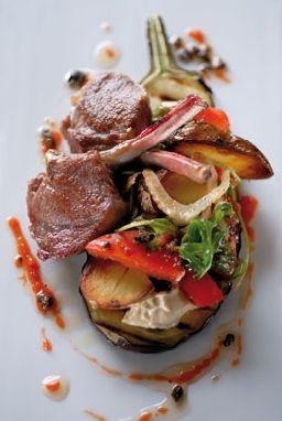 lamskoteletjes met gegrilde aubergines en slaatje van gemarineerde tomaten, olijven en rucola