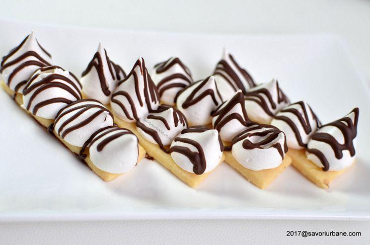 biscuiti fragezi cu bezea stropiti cu ciocolata topita