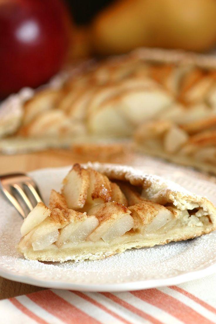 Яблоко и Груша Galette деревенский, но элегантный французский десерт показывая слегка приправленного заполнение торт яблоки и сладкие груши, охватываемых чешуйчатой корой.  Vegan тоже!