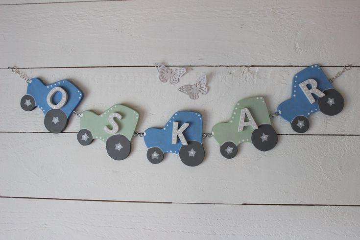 Söta små traktorer i en girlang. Ljuvlig väggdekoration till barnrummet.