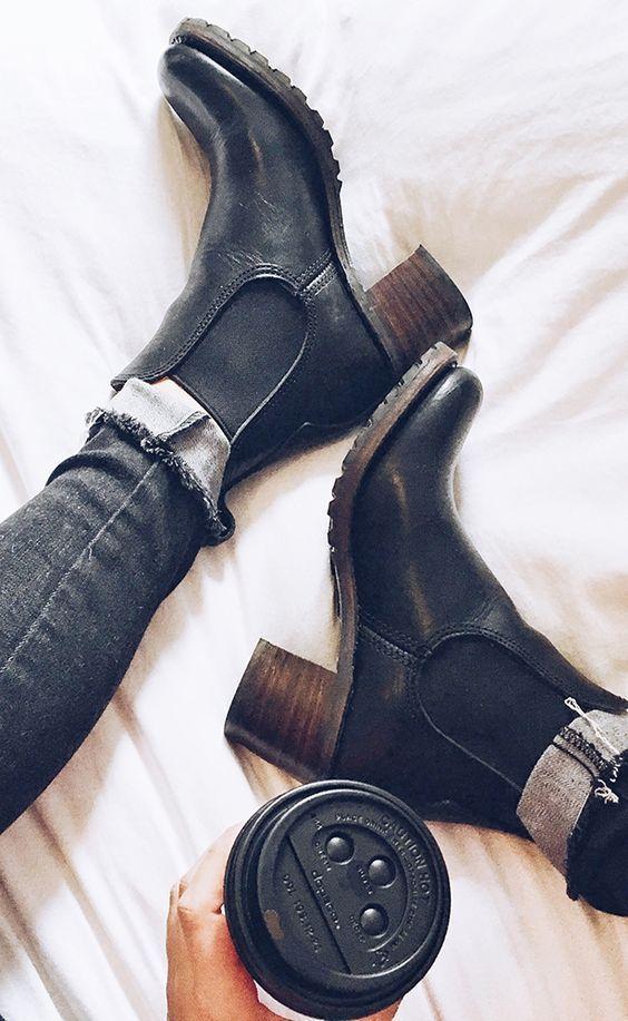 Siempre es buen tener en el closet unas botas negras de cuero. Combinan con todo y sirven para cualquier ocasión.