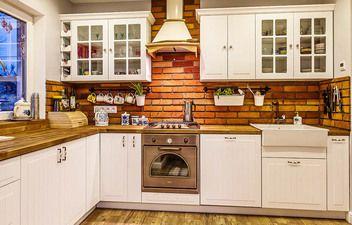 To co wyróżnia tą kuchnię to stylowa cegła na ścianie oraz przeszklone szafki.