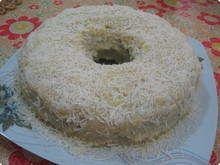 Bolo-de-milho-com-coco-e-cobertura-de-beijinho ingredientes  3 ovos2 ¹/² xícaras de açúcar2 ¹/² xícaras de farinha de milho fina1 xícara de farinha de sêmola (ou de trigo)200ml de leite de coco¹/² caixinha de creme de leite2 colheres de manteiga Aviação50g de coco ralado desidratado (¹/² pacote)1 ¹/² colher de sopa de fermento químico  Cobertura:  1 lata de leite condensado50g de coco ralado desidratado (¹/² pacote)  modo de preparo  Bata os ovos com a manteiga e o açúcar, junte as farinhas…