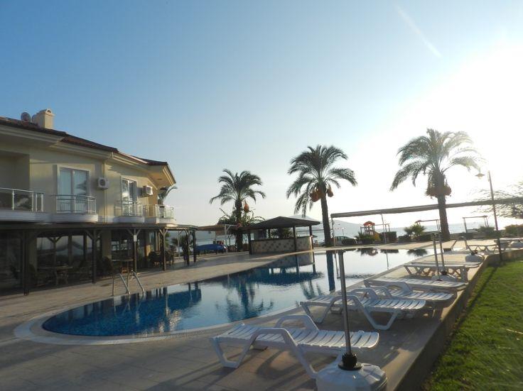 FETHİYE, Çalış, Sunset Beach Club Sitesinde 1 kat 2 yatak odalı daire. Sunset Beach Club sitesinde 7 adet ortak havuz,1 adet kapalı havuz, özel plaj, restaurant, market ve bar bulunmaktadır. Site restaurant, bar ve diğer çeşitli turistik faaliyetleri bulabileceğiniz, essiz gün batımlarıyla meşhur çalış plajına yürüme mesafesindedir..