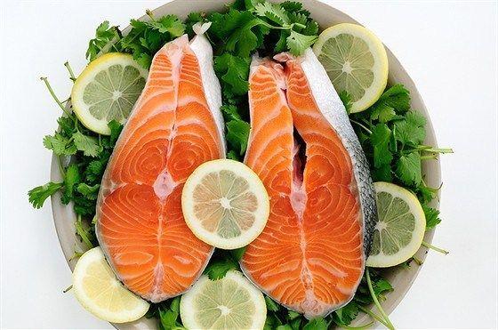 Маринованный лосось с салатом из чили, огурца и сока лайма