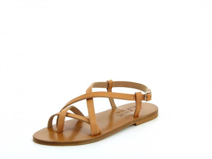 Le modèle MENORCA avec la semelle EPURE amène une petite touche classique dans un look hippie chic.  Cette sandale plate apporte une bon maintien et un excellent confort grâce aux brides qui se croisent sur le pouce, l'avant et le dessus du pied.  L'attache et le réglage se fait en dessous de la cheville.  Les sandales tropéziennes K.Jacques sont confectionnées artisanalement à Saint-Tropez en France .  Nos sandales sont dotées d'une semelle en Cuir et d'un talon en caoutchouc hévéa naturel…