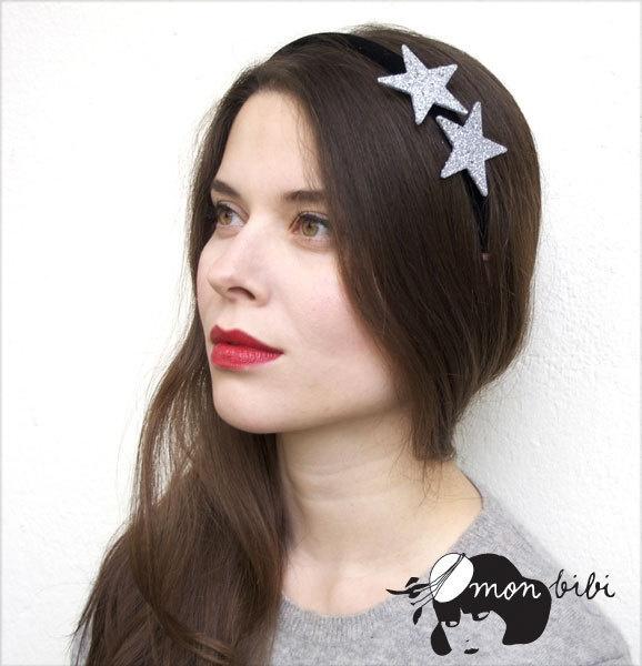 """Ce serre-tête """"mon bibi"""" est décoré de deux étoiles brillantes. Le serre-tête est très confortable."""