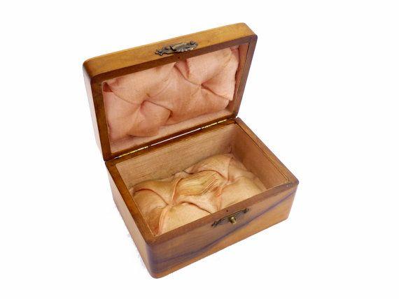 Ancienne petite bo te bijoux en bois capitonn e de soie for Petite porte bois