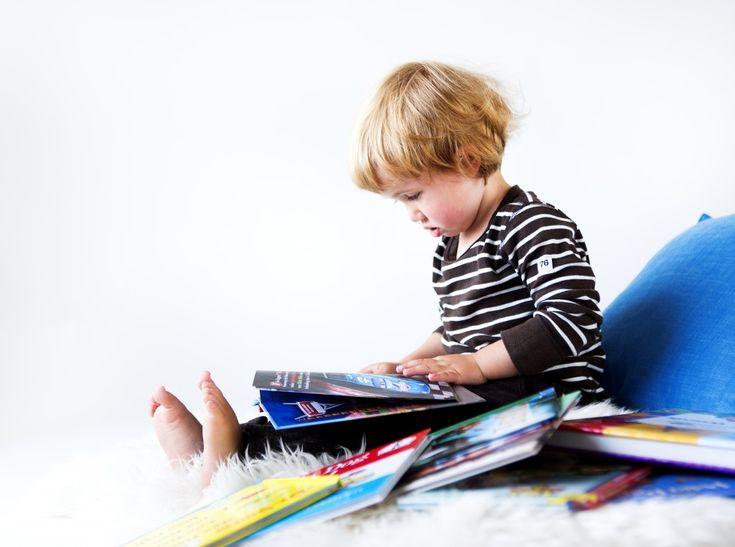 Thomas har noen favorittbøker som han forlanger å få opplest om og om igjen. Han kan dem utenat, og skulle far komme til å lese feil, eller med lavere intensitet og innlevelse enn han pleier, blir det protester. Det skal være et ritual. Noe forutsigbart og gjenkjennelig. Det gir trygghet. Thomas ville ikke lese Gutten med fallskjermen mer enn den ene gangen. Det var en rar bok. Den handlet om en gutt som alltid hadde en fallskjerm på ryggen – for sikkerhets skyld. Gutten hadde ei hytte i et…