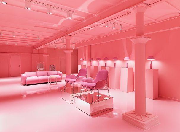 """Normann Copenhagen, Wie aus einem Guss: Die unterirdische Galerie des Flagship Stores erstrahlt in Pink. Auf den silbernen Podesten steht Lounge Chair """"Era"""", dahinter die Tischleuchten """"Cap"""". (Foto: Normann Copenhagen)"""