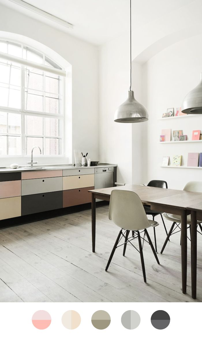 I want to live here… Because this floor is perfect with the color blocked kitchen. Image: Heidi Lerkenfeldtvia The Design Chaser