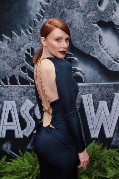 「ジュラシック・ワールド」LAプレミアでのブライス・ダラス・ハワード❤︎艶やかな濃いブルーのドレスで登場