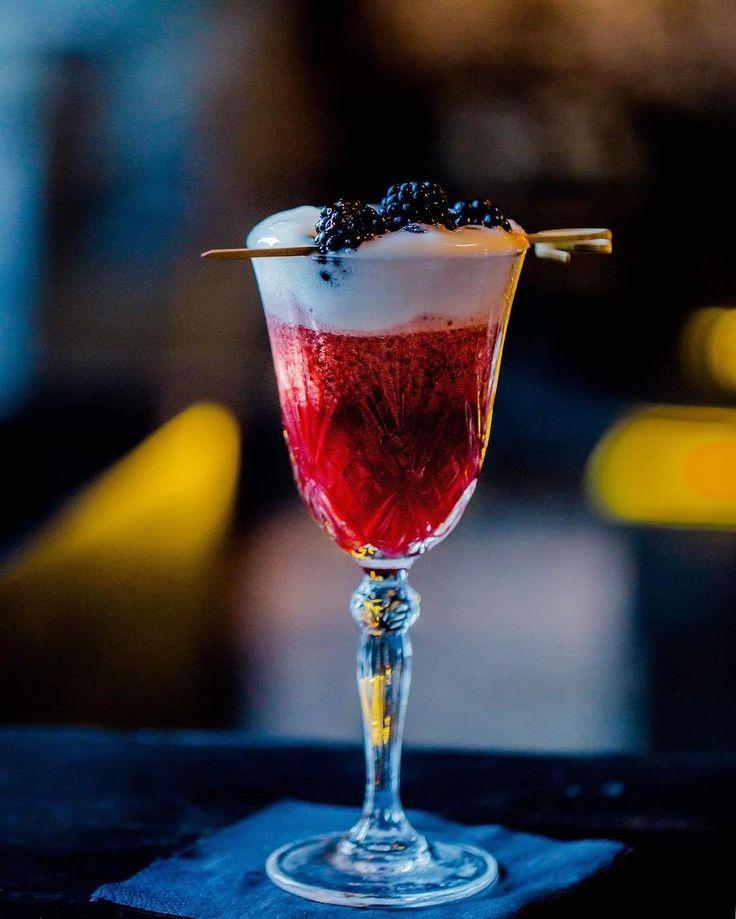 Przepyszny koktajl w @sababacocktails stworzony specjalnie z okazji Fine Dining Week od @restaurant_week_polska. Pyszności! #cocktails #cocktailbar #blackberry #hazelnut #molecularmixology #kazimierz #kraków #cracow #haveabiteinkrakow #haveabitein #karmimytrescia #nightlife #craft #artesian #rum #infusion #lucrecia #beautil #garnish  #foodie