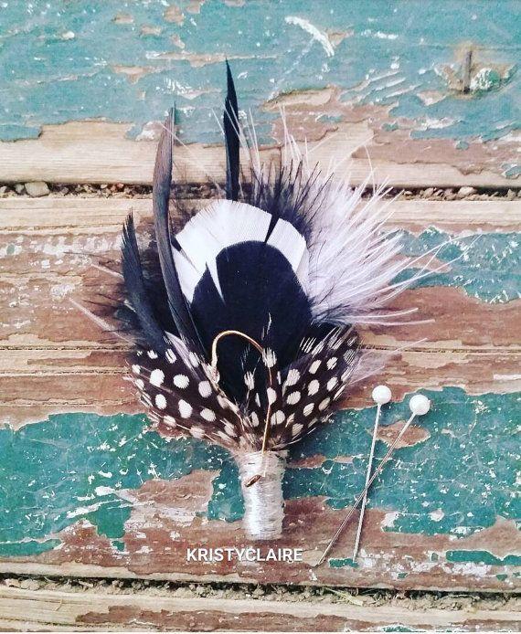 Pesca de flor en el ojal blanco negro plumas ojal por KRISTYCLAIRE                                                                                                                                                                                 Más