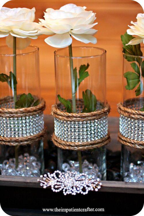 DIY Centro de mesa em estilo rústico chic feito com rosas brancas em cilindros de vidro. #casamento #decor #DIY