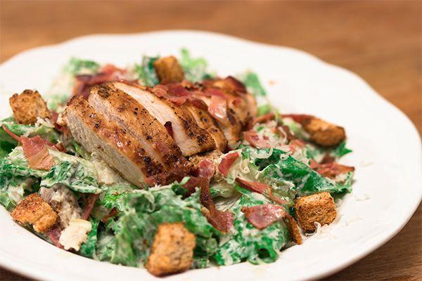 Μια υπέροχη σαλάτα πλούσια σε γεύσεις και υλικά. Σε αυτή τη συνταγή, ο Τάσος Αντωνίου φτιάχνει τη σαλάτα του Καίσαρα με ελαφρύ ντρέσινγκ γιαούρτι.