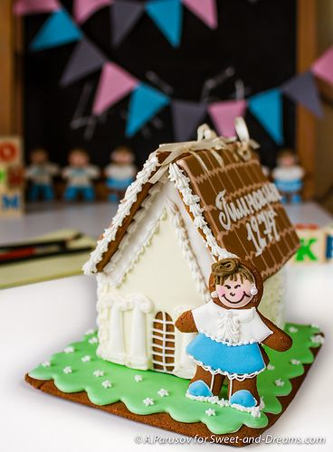 Gingerbread house: school. Handmade cookies at Sweet-and-Dreams.com.