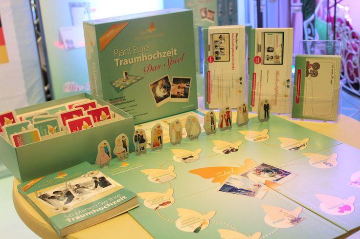 """Mehr als 200 Spielkarten bei dem Brettspiel """"Plant Eure Traumhochzeit"""". Das Verlobungsgeschenk zum Thema Hochzeitsplanung. Sind Sie ein guter Hochzeitsplaner ? http://www.buecher.de/shop/brettspiele/die-hochzeitsprofis-plant-eure-traumhochzeit-das-spiel-spiel/karten--brett-oder-wuerfelspiel/products_products/detail/prod_id/41535511/"""