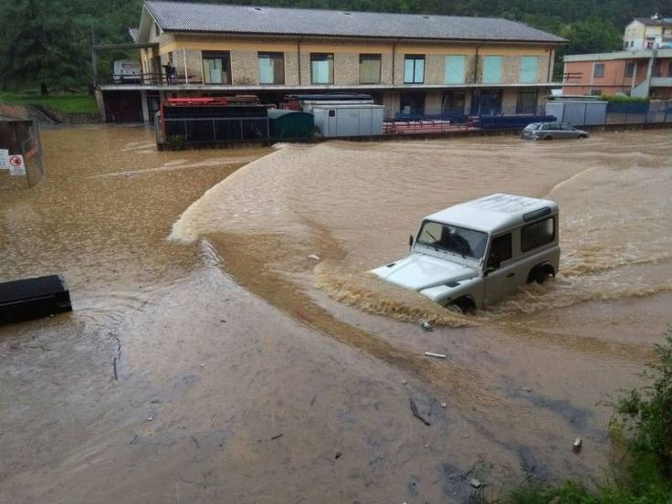 Land Rover Defender 90 Td5 in a flooding. Italy.