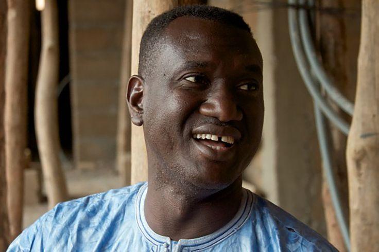 Bassekou Kouyaté ist Griot, einer der legendären Mythensänger Malis. Um die Spannungen im Vielvölkerstaat Mali zu reduzieren, hat er ein multiethnisches Bandprojekt gegründet. Seine Botschaft: Wenn wir Musik zusammen machen können, können wir auch zusammen leben. © John Bosch, 2016
