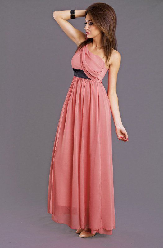 Różowa, elegancka, zwiewna długa suknia z asymetrycznym dekoltem. #suknia #sukienka #elegancka #różowa #kobieta #moda #trendy