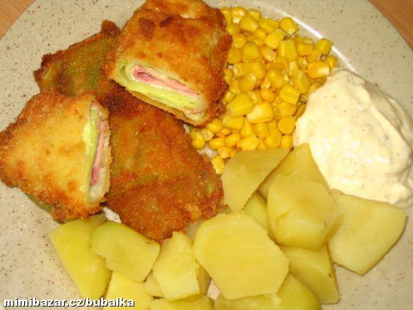 ZELNÉ ZÁVITKY jednoduché lehké a výborné   Hlávkové zelí-pár listů, šunka-šunkový salám, sýr -plátky, přísady na obalení a tuk smažení.  POSTUP PŘÍPRAVY  Listy zelí spaříme ve vroucí vodě, vykrojíme košťál, rozřízneme na potř. velikost, na list dáme plátek šunky, plátek sýru, možno osolit, ale sýr i salám jsou již slané, přeložíme, nebo zamotáme, obalíme v trojobalu-mouka, vajíčko, strouhanka.Smažíme. Jako příloha vařené brambory, hranolky, bramb. kaše + obloha, tatarka.