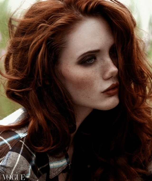 I absolutely love the dark eye shadow, reminds me a little bit of the grunge look.