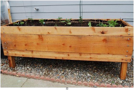 Instruções para construir sua jardineira 1 – Decida o tamanho da caixa que será conveniente  no espaço em que você estará instalando sua jardineira.  Certifique-se de medir a área para que o seu jardim de ervas caiba e fique harmônico com o lugar.....