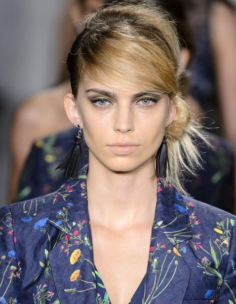 """Laterale  Lo #chignon di Marissa Webb è basso e sulla nuca e lascia libere alcune ciocche. La texture è opaca e qausi """"sporcata"""". #ss16 #hairstyle"""
