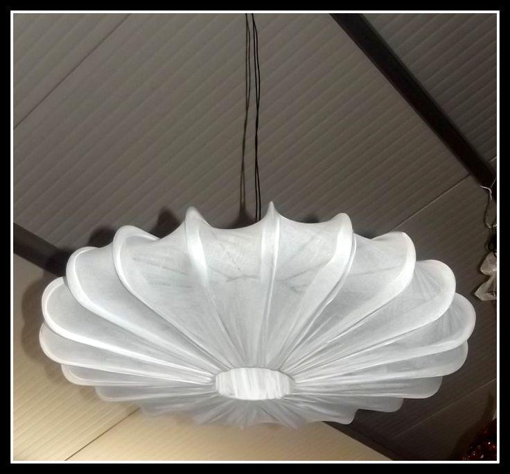Lampadario in metallo e tela, realizzato completamente a mano, a forma di fiore misure: diametro 60 cm alto 10 cm circa. Ha un'effetto luce da sogno!!!!Nota la bellezza della lavorazione!!!! Il lampadario quando verrà spedito sarà privo di lampadine e di impianto elettrico ma sarà completo di porta lampade.
