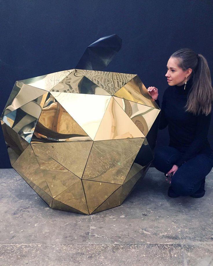 Среди нашего винтажного интерьерчика на заводе появилось такое glam яблоко🎊🎉💝 Его диаметр -1м. Выполненного из золотого пластика, уже мечтаю такое поставить дома🙈🙈 Вот такое вот современное искусство👌 #современноетскумство#арт#артобъект#яблоко#огромноеяблоко#золотоеяблочко#инсталляция#большеменя#ручнаяработа#красота#съестьбыего#art#apple#goldenapple#giantapple#beauty#installation#handmade#modernart