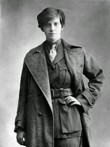 Miss Linton Orman, 1916 - le donne parteciparono alla guerra, causando la chiusura di molte case di moda. Gli abiti da giorno era formati da indumenti pratici o tute da lavoro: gonne lunghe fino alle caviglie e larghe, con giacche di linea morbida, tenute in vita da cinture e lunghi cappotti.