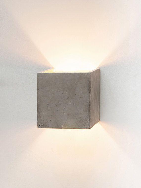 [B3]  De kubieke muur lamp [B3] gegoten grijs beton. Het combineert edele goud met ruw beton in een tijdloze en elegante design lamp. Door de hoge